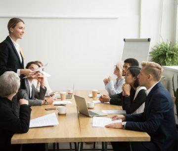 chefe-feminino-bem-sucedido-lider-reuniao-de-equipe-conversando