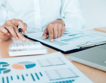 conceito-economico-de-economia-de-financas-contabilista-feminino-ou-calculadora-de-uso-de-banqueiro