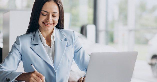 mulher-de-negocios-trabalhando-no-computador-no-escritorio